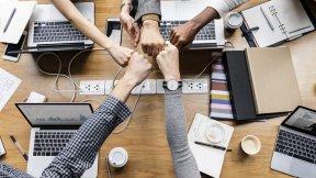 Team - Fäuste - Zusammenarbeit - Soziale Kompetenz - Soft Skills
